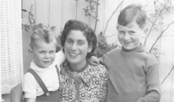 Eddy Boas (left) with his mother and brother in 1941.